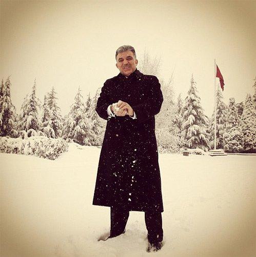 """""""2012 Ocak ayında Ankara'daki yoğun kar yağışı sonrası beyaza bürünen Çankaya Köşkü'nde kartopu oynarken."""""""