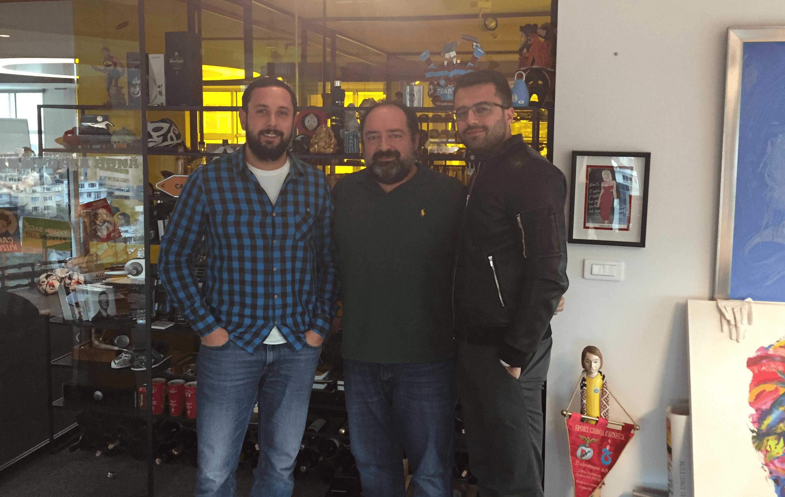 Mobil Oto Servis kurucu ortakları Kaan Saraç (solda) ve Özgen Toru'nun Nevzat Aydın'la yatırım sonrası pozu