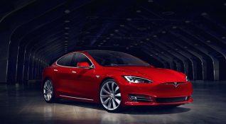 Tesla'nın uzun süredir beklenen Autopilot güncellemesi araçları 'yarı-otonom' yapacak