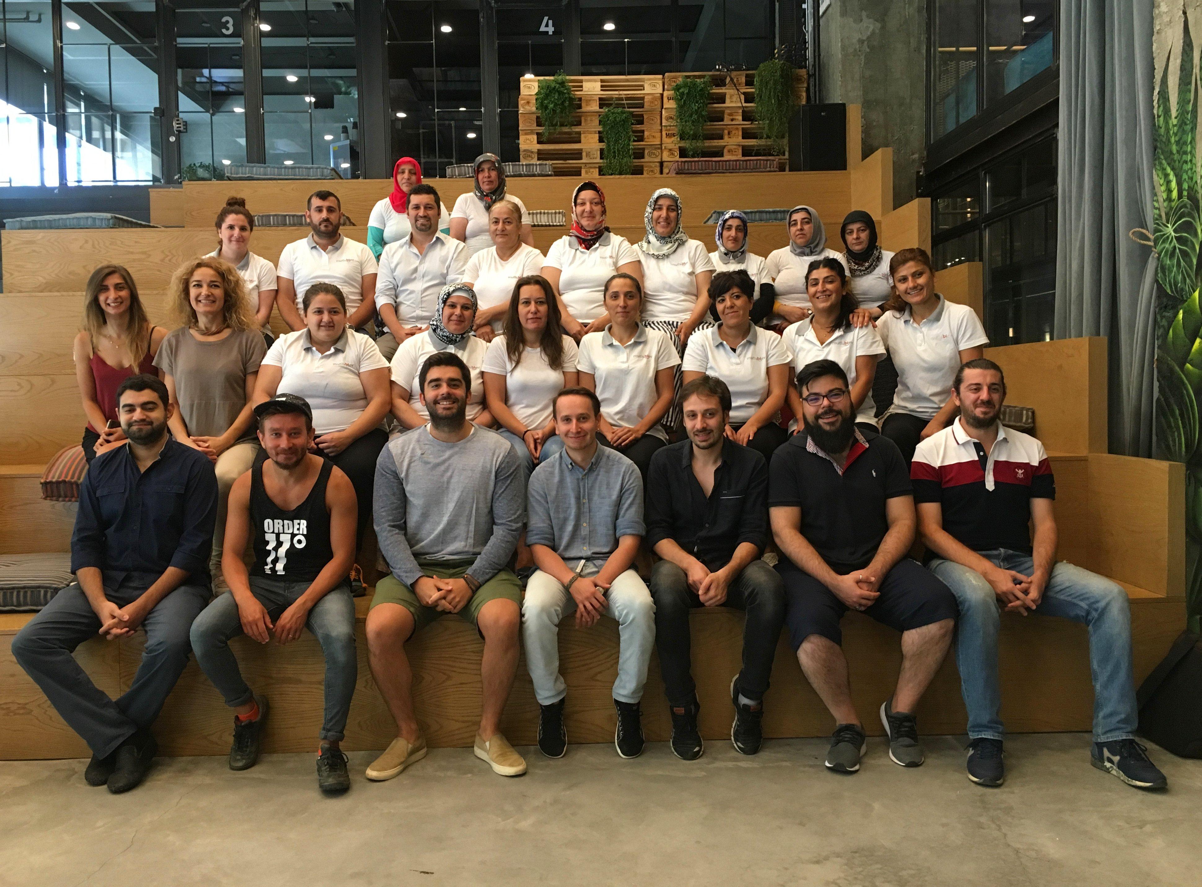 MutluBiEv ekibi ile platform bünyesinde yer alan temizlik profresyonelleri aynı karede