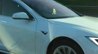 Tesla sürücüsü, İngiltere'de otomatik pilot özelliği ile araç kullanınca ehliyetini kaybetti