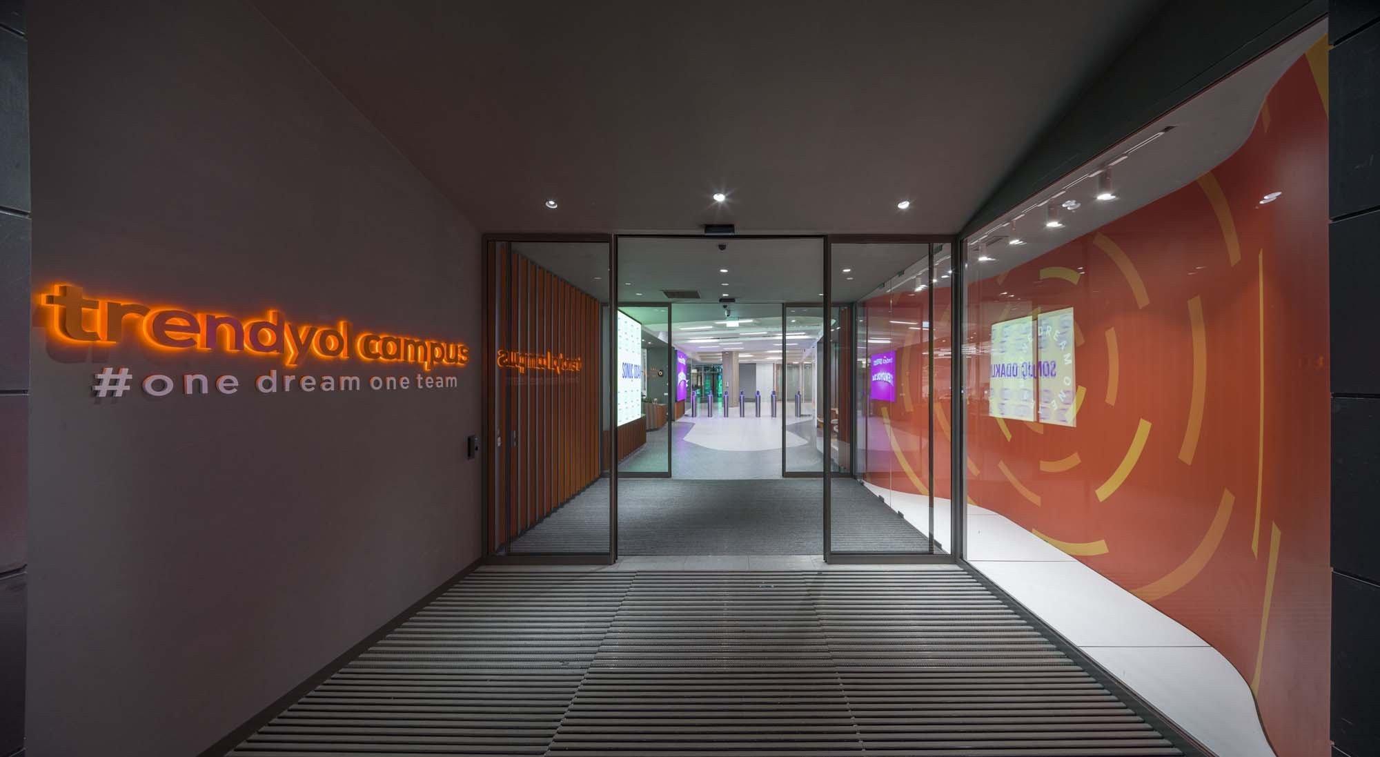Şirket çalışanları Trendyol'a özel bir kapıdan ofise giriş yapıyor.